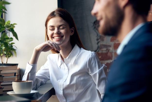 Expressieve jonge man en vrouw praten