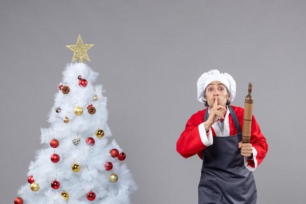 Expressieve jonge man poseren voor wintervakantie