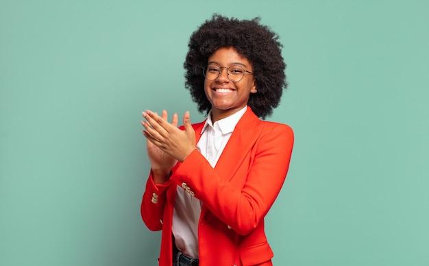 Expressieve jonge mooie zwarte vrouw gebaren