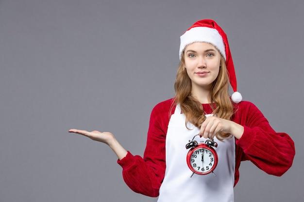 Expressieve jonge persoon die poseert voor de wintervakantie