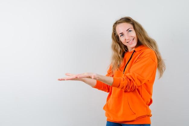 Expressieve jonge vrouw poseren in de studio