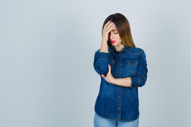 Expressieve jonge vrouw poseren