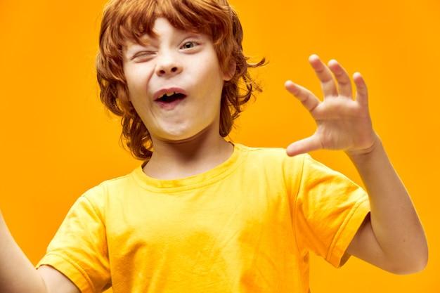 Expressieve kleine jongen knipoogt