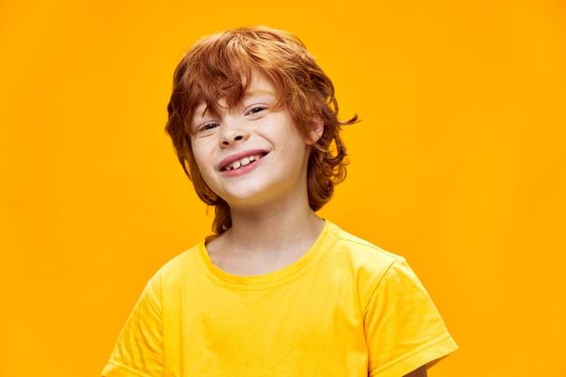 Expressieve kleine jongen poseren in de studio