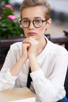 Expressieve kort haar vrouw met bril poseren
