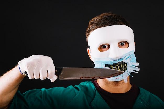 Expressieve man in maniac dokter kostuum