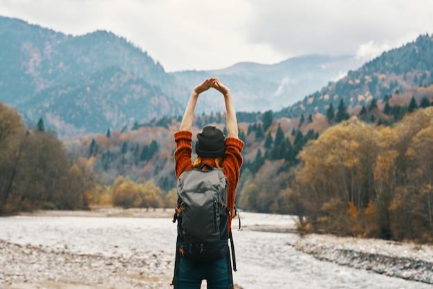Expressieve mooie reiziger poseren met de natuur in de buitenlucht