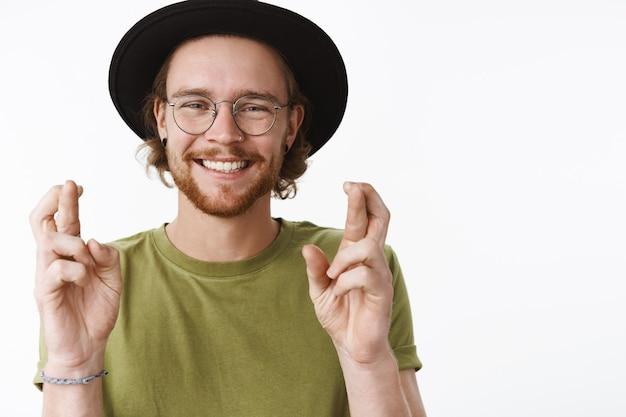 Expressieve roodharige bebaarde man met een hoed