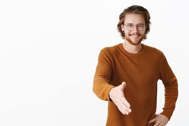 Expressieve roodharige bebaarde man