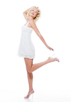 Expressieve sensualiteit mooie vrouw met slanke benen poseren