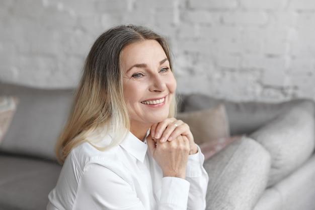 Expressieve vrouw van middelbare leeftijd poseren