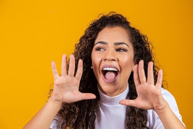 Expressieve vrouw wauw. jonge vrouw verrast door de lage prijzen. geschokt en opgewonden vrouw met ruimte voor tekst