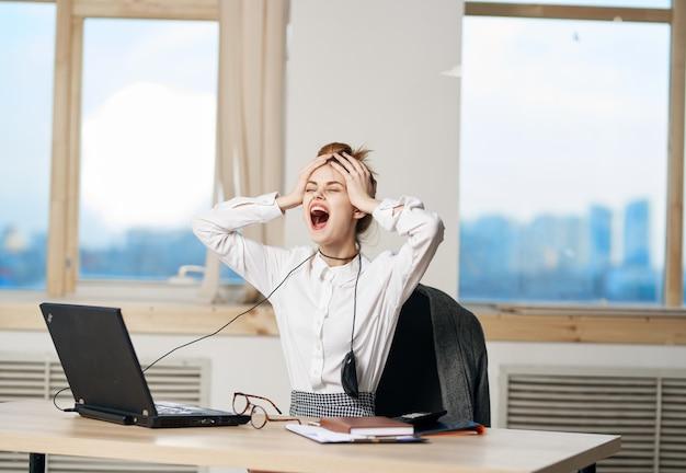 Expressieve vrouwelijke volwassene poseren op kantoor