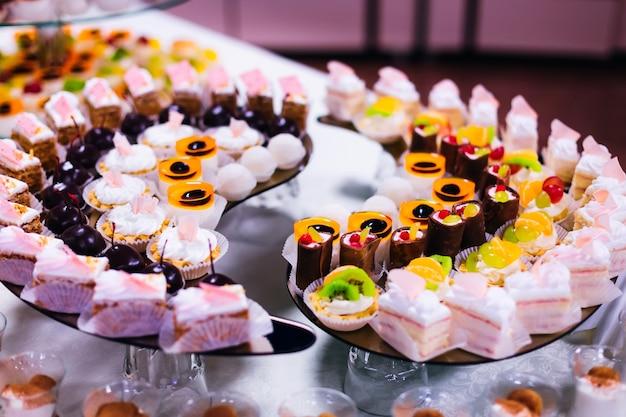 Exquise desserts met fruit en room op bruiloft candy bar