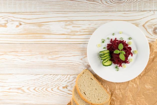 Exquise dienende restaurantplaat van geraspte ingelegde bietensalade