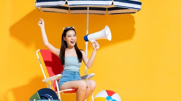 Extatische mooie jonge aziatische vrouw in gejuich gebaar