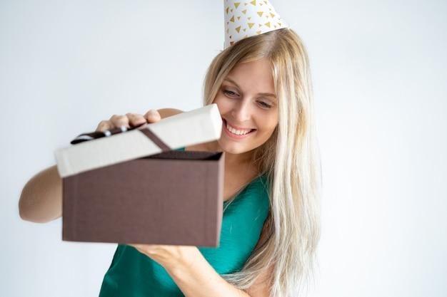 Extatische verjaardagsmeisje het openen giften
