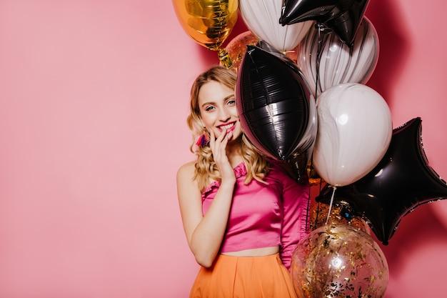 Extatische vrouw gelukkige emoties uitdrukken tijdens feestje