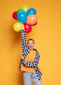 Extatische vrouw met kleurrijke ballonnen