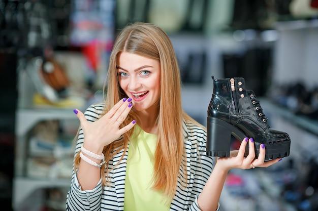 Extcited vrouw in schoenenwinkel