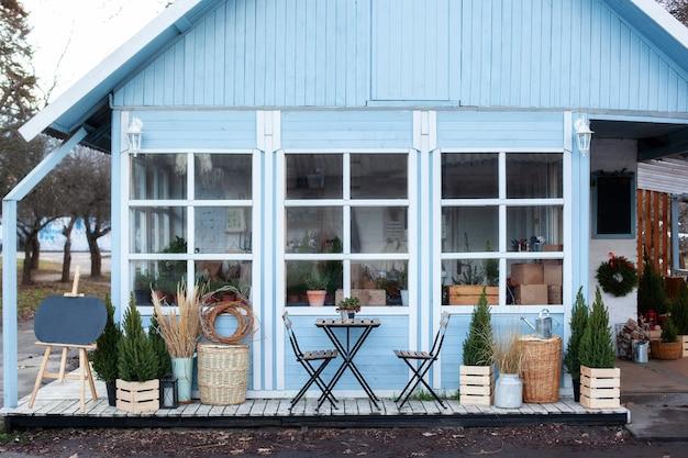Exterieur blauw huis met een mooie terrasdecoratie groene planten