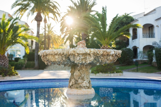 Exterieur en architectuurconcept - fontein met meerdere niveaus in de tuin.