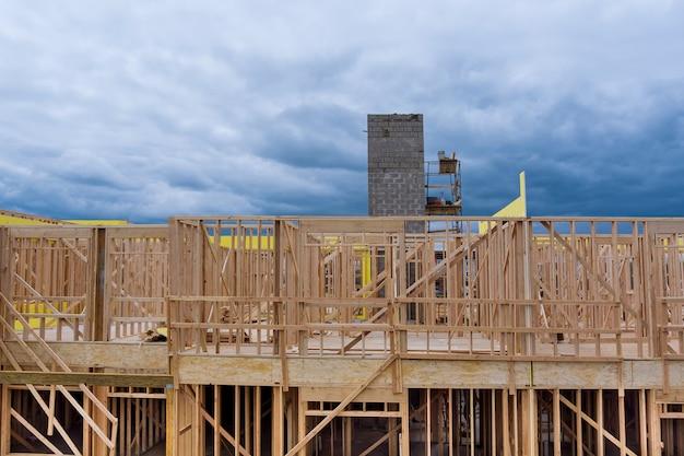 Exterieur met houten kozijnbalk van nieuw huis in aanbouw balkhout van liftschacht Premium Foto