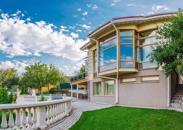 Exterieur moderne villa omgeven door de natuur