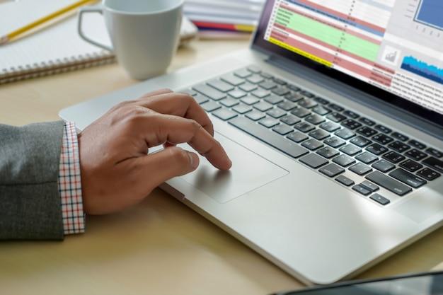 Extern werkende man werkt hard analytics-statistieken