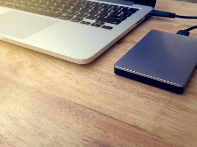 Externe harde schijf aangesloten op laptopcomputer