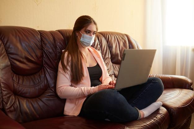 Externe meisje werkt op een laptop