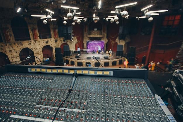 Externe recordists close-up. elektrische machine op tafel voor het werken van sound designer of club dj op feestje in nachtclub. objecten om naar te luisteren. muzikale speler voor het afstemmen van het podium
