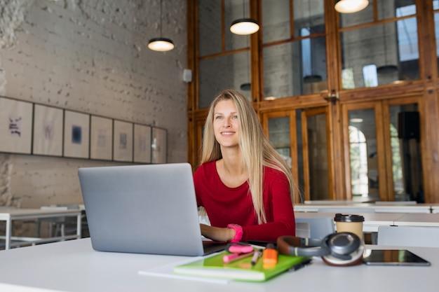Externe werknemer online jonge man aan het werk op laptop