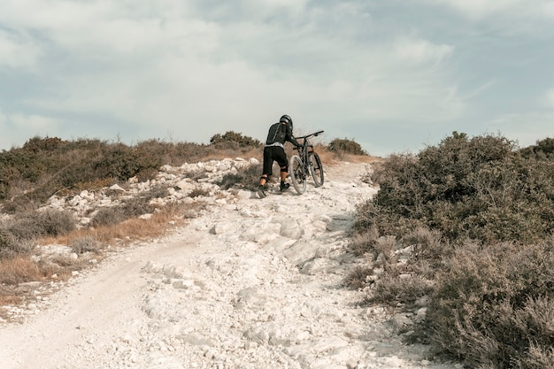 Extra lang geschoten man op een mountainbike