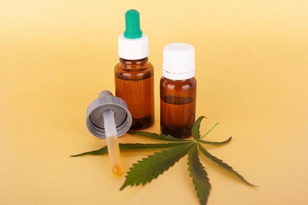 Extract medische cannabisolie, kruidenelixer en natuurlijke remedie tegen stress en ziekte. legale vs geneeskunde.