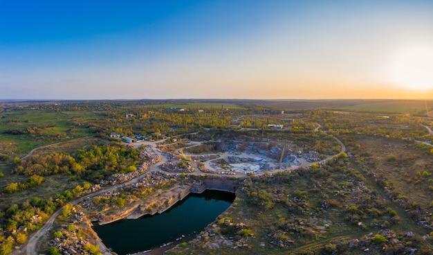 Extractie van mineralen met behulp van speciale apparatuur bij een klein meer in het warme avondlicht in het pittoreske oekraïne