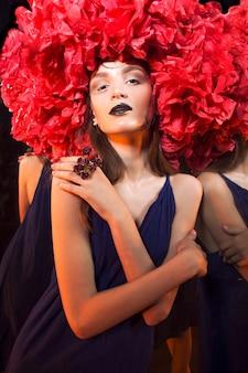 Extravagant portret van een jonge vrouw in de gedraaide halloween-outfit en make-up.