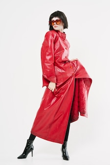 Extravagante vrouw in lichte kleding en glazen
