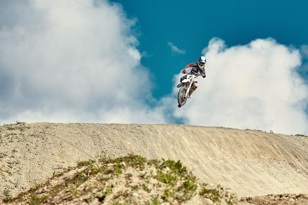 Extreem concept, daag jezelf uit extreme sprong op een motorfiets