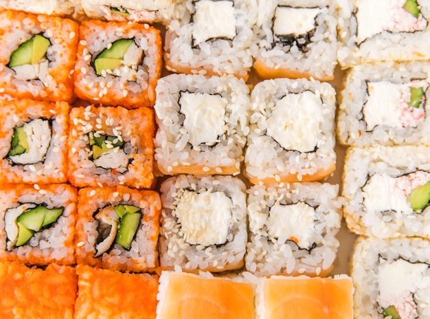Extreem dicht omhooggaand schot van sushibroodjes
