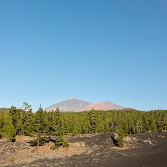 Extreem lange schot bergtop met heldere hemel