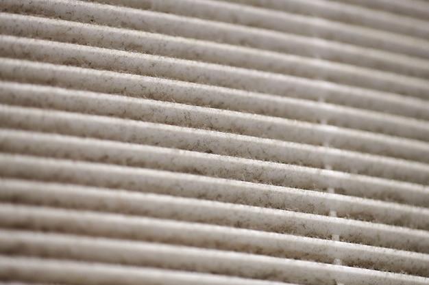 Extreem vervuild luchtventilatierooster van hvac met stoffig verstopt filter, macro. detailopname. reiniging en desinfectie is nodig om stofallergieën en het risico op andere longaandoeningen te voorkomen