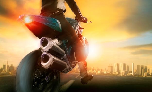 Extreme actie van man op grote motorfiets rijden