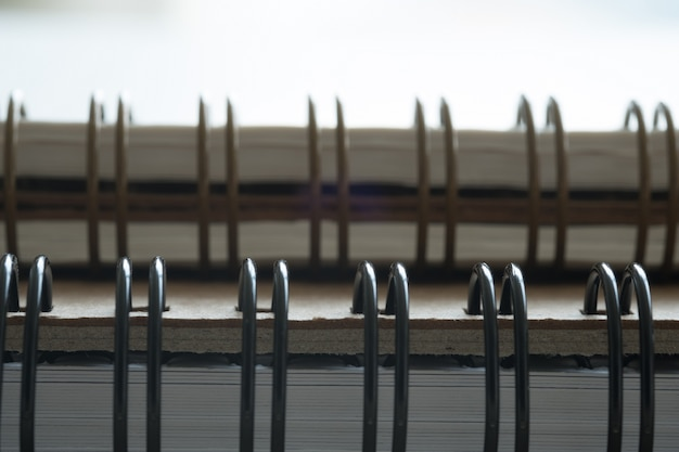 Extreme close-up van een spiraalvormige blocnote van de notitieboekjeclose-up als model voor uw ontwerp.