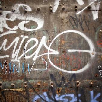 Extreme dichte omhooggaand van graffiti op houten deur