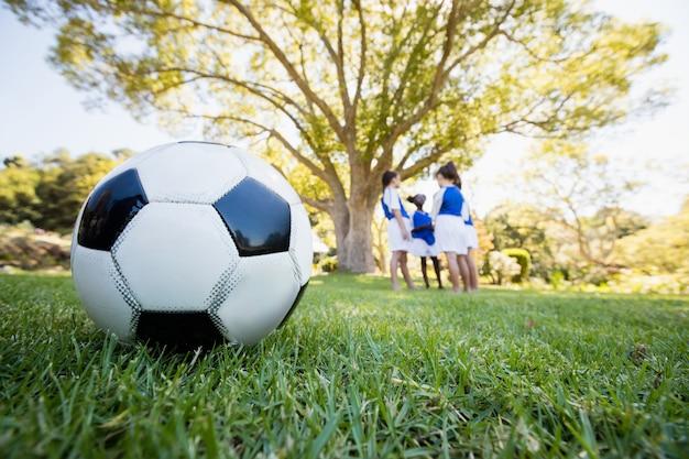 Extreme dichte omhooggaande mening van voetbalballon