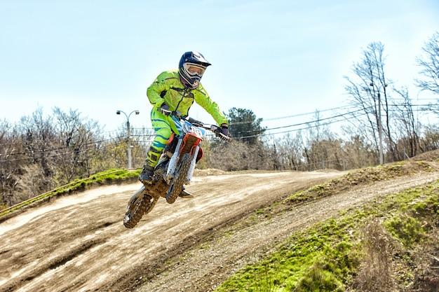 Extreme sporten, motor springen. motorrijder maakt een extreme sprong tegen de hemel.