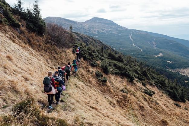 Extreme verovering van de top door toeristen tijdens een wandeling.