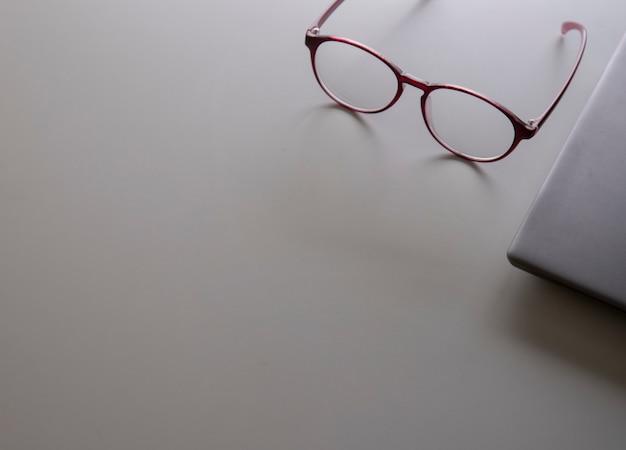 Eyeware en de laptop op de witte tafel