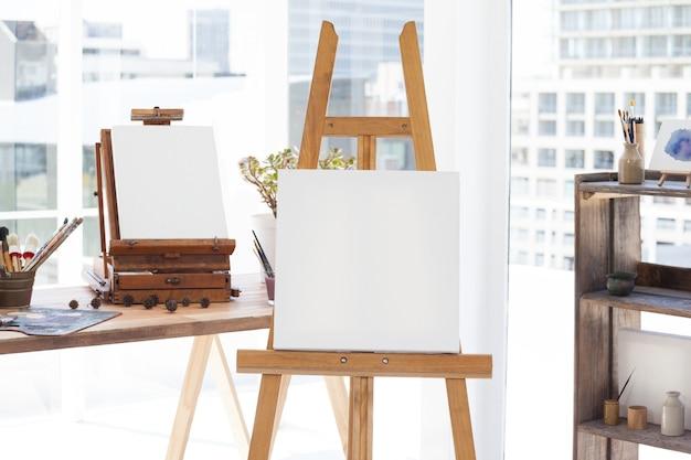 Ezel met leeg canvas in salon